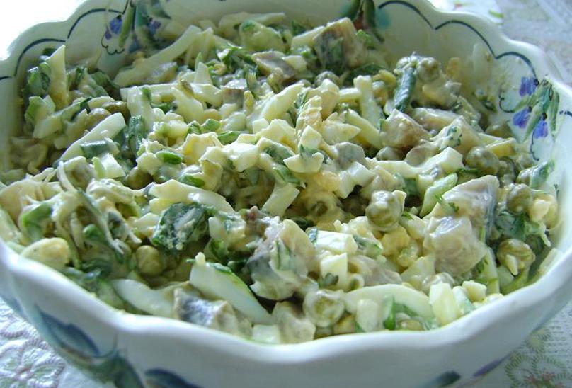 Диетический салат с тунцом, огурцами и яйцами