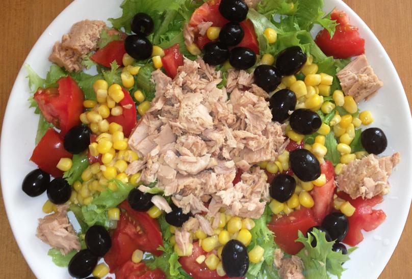 Салат с тунцом, овощами и кукурузой