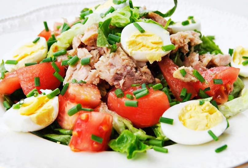 Диетический салат с тунцом, помидорами и яйцами